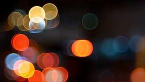 De-fokus av trafikljus på natten lager videofilmer