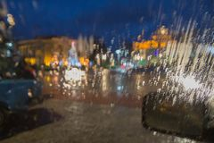 De fokuserade bilden av regn som faller på vägen som ut ser fönstret Royaltyfria Foton