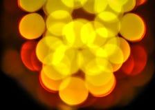 De fokussierte gelbes und weißes bokeh funkelnden Lichthintergrund Stockbild