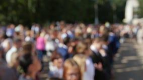 De-fokussierter Hintergrund - Kleinkinder mit Blumen am ersten Tag der Schule Anfang des Schuljahres stock video