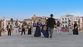 De folkloregroep voert traditionele dans in traditionele kostuums uit stock footage