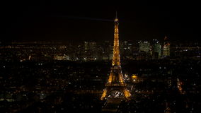 De fonkelende die toren van Eiffel in Parijs bij nacht van een luchtmening wordt gezien stock video