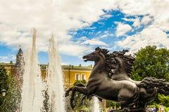 ` De fontaine ` de quatre saisons, situé sur la place de Manege Statues de quatre chevaux gambadants Centre de la ville de Moscou image stock