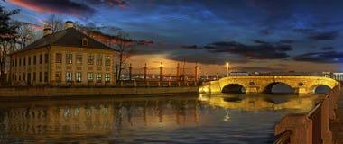De Fontanka-rivier en het de zomerpaleis van Peter groot in S stock foto's