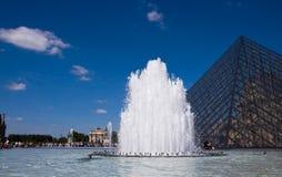 De fontein bij het Louvre stock foto