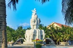 De fontein, de jongenszitting op bal en het spelen de fluit, water ontsnappen van boomstammenolifanten Stock Afbeelding