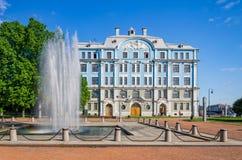 De fontein dichtbij het Zee de Schoolgebouw van Nakhimov Royalty-vrije Stock Afbeeldingen