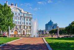 De fontein dichtbij het Zee de Schoolgebouw van Nakhimov Royalty-vrije Stock Afbeelding