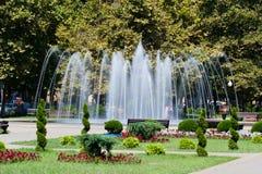 De fontein is in een stad Vage Motie Stock Afbeelding