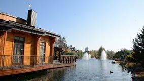 De fontein en het blokhuis in Mezhigirya, de Oekraïne stock video