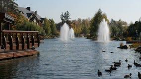 De fontein en het blokhuis in Mezhigirya, de Oekraïne stock videobeelden