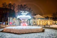 De fontein met lichten op de achtergrond van de Kluis Thea Stock Afbeeldingen