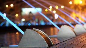 De fontein in nacht is verlichte blauwe kleur stock footage