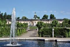 De fontein op de achtergrond van het paleis Bildergalerie Royalty-vrije Stock Afbeeldingen