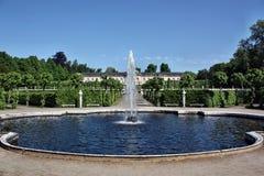 De fontein op de achtergrond van het paleis Bildergalerie Stock Afbeeldingen