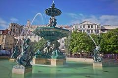 De fontein op Rossio-vierkant in Baixa-buurt met doet Carmo Convent op de achtergrond, Lissabon, Portugal Royalty-vrije Stock Afbeeldingen