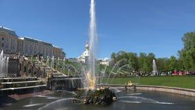 De fontein ` tearing Samson het close-up van de leeuw` s mond ` van kan dag Peterhof stock videobeelden