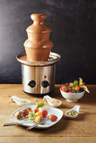 De fontein van de chocoladefondue met vers fruit Royalty-vrije Stock Afbeeldingen