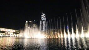 De Fontein van Doubai bij nacht stock videobeelden