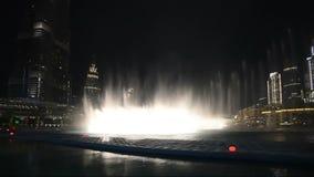 De Fontein van Doubai bij nacht stock footage