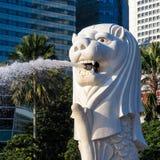 De fontein van het Merlionstandbeeld in Merlion-Park en de stadsskyl van Singapore Stock Afbeelding
