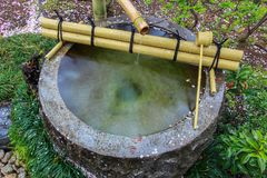 De Fontein van het Tsukubaiwater in Japanse Tuin bij kita-in Tempel, Kosenbamachi, Kawagoe, Saitama, Japan in de lente Met sakura Royalty-vrije Stock Afbeeldingen