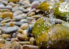 De Fontein van het water in Rotstuin Stock Foto's