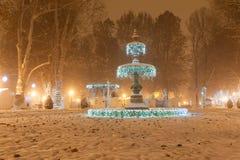 De Fontein van het Zrinjevacpark door Kerstmislichten wordt verfraaid als deel van Komst in Zagreb dat Stock Foto's