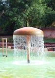 De Fontein van het zwembadwater Stock Afbeeldingen