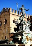 De Fontein van Neptunus door de ochtendzon wordt verlicht in het stadscentrum in Bologna in Emilia Romagna (Italië dat) stock foto