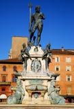 De Fontein van Neptunus door de ochtendzon wordt verlicht in het stadscentrum in Bologna in Emilia Romagna (Italië dat) stock fotografie