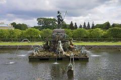 De Fontein van Neptunus onder een stormachtige dag van de hemelzomer Peterhof Royalty-vrije Stock Afbeeldingen