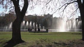 De fontein van de stad lengte Mensen die in het park lopen Fontein in stadspark op hete de zomerdag Stroom van water, dalingen en stock video
