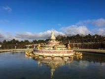 De fontein van Versailles en het wijzen van op pool op een zonnige de winterdag, Frankrijk Stock Afbeeldingen