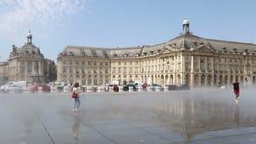 De fontein van de waterspiegel op Place DE La Bourse in Bordeaux, Frankrijk stock videobeelden