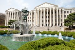 De fontein vooraan hoofdgebouw stock fotografie
