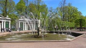 De fontein ` zonnige Adam `, kan dag Peterhof stock videobeelden