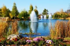 De fonteinen en de vijver dichtbij Stock Foto