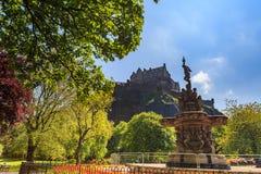 De fonteinoriëntatiepunt van Ross in Pincess-Straattuinen en het Kasteel van Edinburgh stock foto's