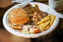 De Foodtruckhamburger, goedkoop met frenchfried , Bangkok, Thailand royalty-vrije stock foto's