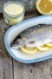 De forel vulde met citroenplakken en kruidde met aroma overzees zout met citroenschil Royalty-vrije Stock Afbeelding