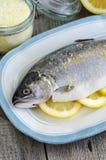 De forel vulde met citroenplakken en kruidde met aroma overzees zout met citroenschil Stock Foto