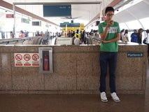 De forenzen of de passagiers binnen MRT gaan de tijd door het spelen van spelen, het letten van op video's, hun e-mail te control stock foto's