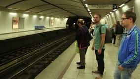 De forenzen die op platform wachten, metro die, mensen reizen naar het werk aankomen stock videobeelden