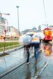 De forenzen slepen aan een tram mee royalty-vrije stock afbeelding