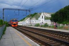 De forenzentrein komt aan het platform van Divnogorie, Rusland aan Stock Afbeelding
