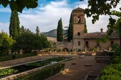 De formele tuinen in Alhambra, Granada, Spanje met het historische fort op de achtergrond stock foto's