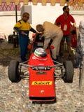 De formule racedriver controleert de auto bij de Historische Grand Prix 2017 van Bergamo Stock Afbeeldingen