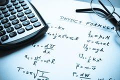 De formules van de fysica die op een Witboek worden geschreven Stock Foto