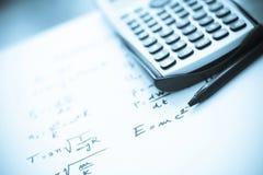 De formules van de fysica die op een Witboek worden geschreven Stock Afbeeldingen